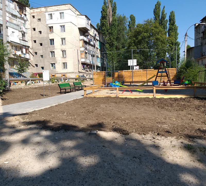 Продолжается благоустройство территории открытого накануне на Салкымилор спортивного комплекса (ФОТО)