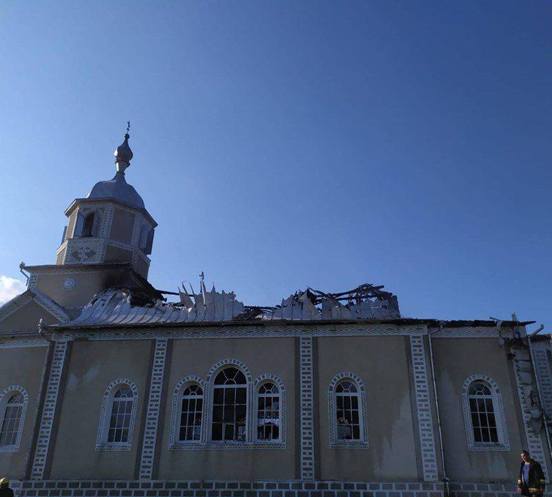 Пожарные ликвидировали крупное возгорание в здании церкви в Окнице (ФОТО)