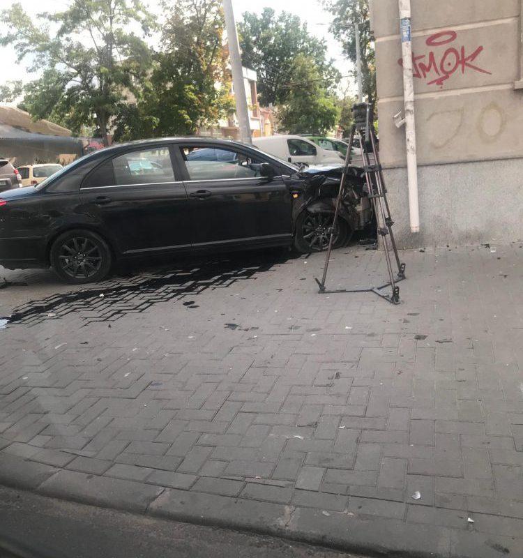 ДТП в центре столицы: автомобиль снес светофор и врезался в стену (ФОТО)