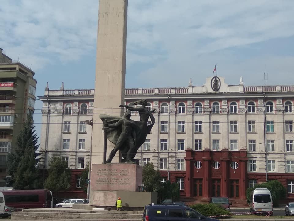 Сказано – сделано! Начался ремонт памятника освободителям Кишинева (ФОТО)