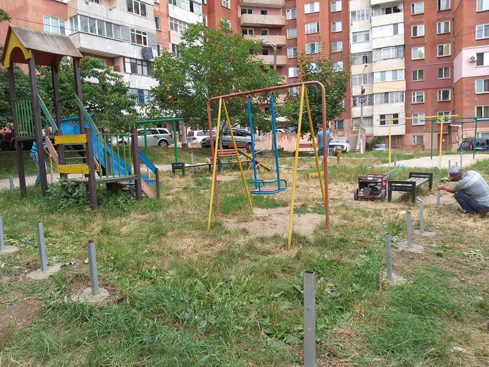 В Кишиневе полным ходом идет ремонт детских площадок (ФОТО)