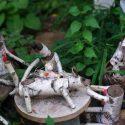 Телевизор, холодильник и фигурки из дерева: чем жители столицы облагораживают свои дворы (ФОТО)