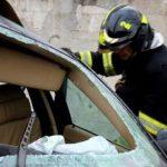 В результате серьёзной аварии в Страшенах водитель оказался заблокированным в покорёженном микроавтобусе