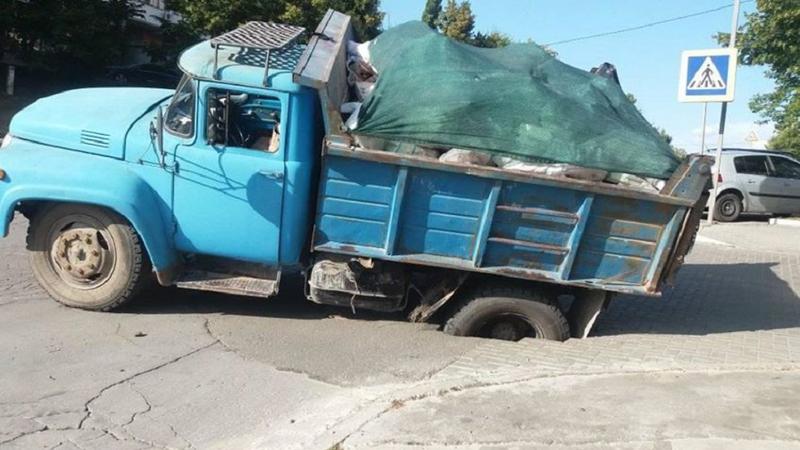 """В Кишиневе асфальт """"поглотил"""" грузовик (ФОТО)"""