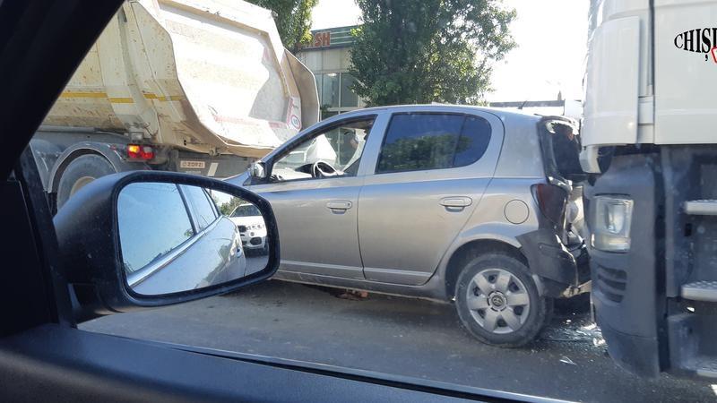 Цепная авария на Чеканах: столкнулись два грузовика и легковушка