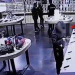 В столице задержали вора, укравшего дорогой смартфон прямо с витрины (ВИДЕО)