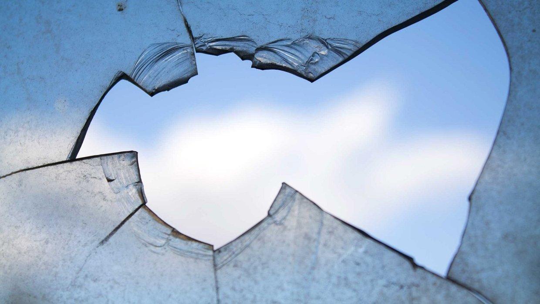 Молдаванин скончался при падении из окна коммуналки в Красном Селе