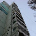 На Ботанике подвыпивший мужчина грозился спрыгнуть с многоэтажки: его удалось отговорить