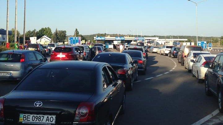 Трансграничное движение затруднено: в очередях стоят десятки автомобилей