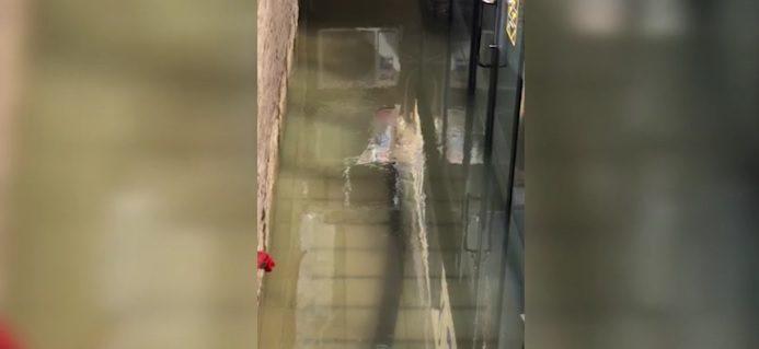 На Телецентре затопило магазин из-за оплошности коммунальщиков (ВИДЕО)