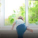 """""""Москитка"""" не удержала: двухлетний ребёнок выпал из окна 4-го этажа в Сороках"""