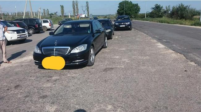 Номер не прошёл: наглый водитель Mercedes пытался пройти КПП без очереди, но его вернули (ВИДЕО)