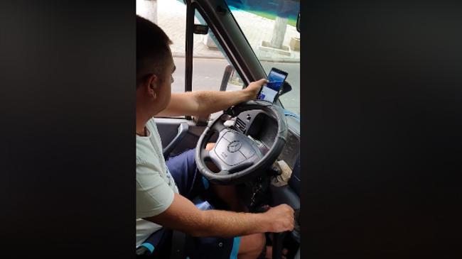 В столице водитель маршрутки «лазил» по Интернету за рулём: как его наказали (ВИДЕО)