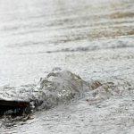 Прорвавшийся водопровод затопил улицу на Старой Почте (ВИДЕО)