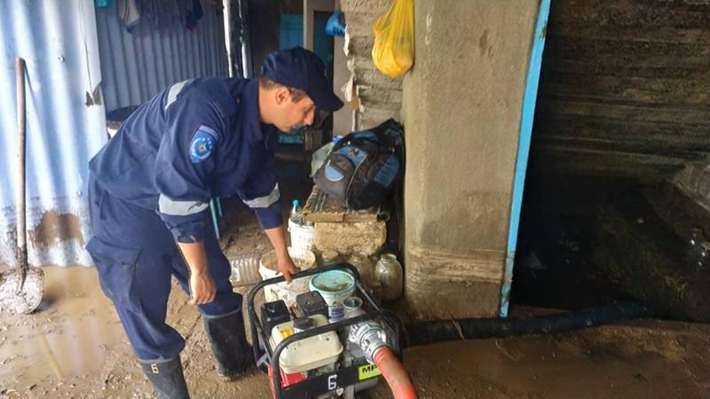 Проделки дождя: в ряде населённых пунктов на юге страны спасателям пришлось откачивать воду