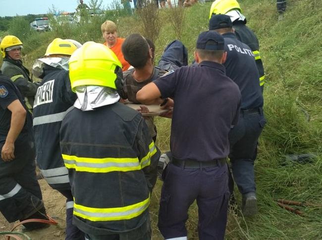 Под Кантемиром перевернулся грузовик: спасатели вызволяли зажатого в кабине водителя (ФОТО)