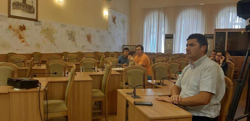Динарий Кожокару выдвинул идеи по маневренному жилью в рамках дебатов в примэрии Кишинёва