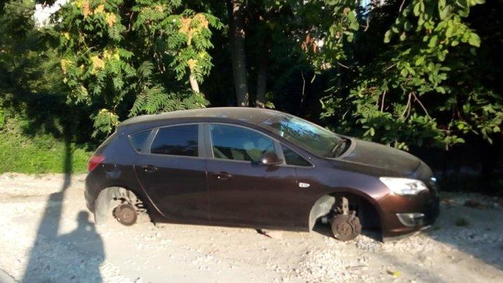 Автоворы сняли колёса с припаркованного во дворе авто (ФОТО)
