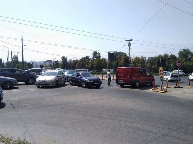 Авария на Рышкановке: дорогу не поделили две легковушки (ФОТО)