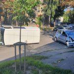 Авария в центре столицы: в результате сильного удара перевернулся микроавтобус (ВИДЕО)