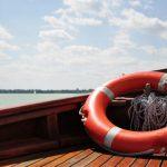 Двое взрослых и четверо детей перевернулись на лодке в 4 км от румынской границы: их удалось спасти