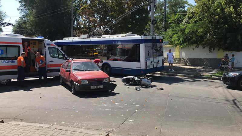 В центре столицы столкнулись легковушка и мотоцикл (ФОТО)