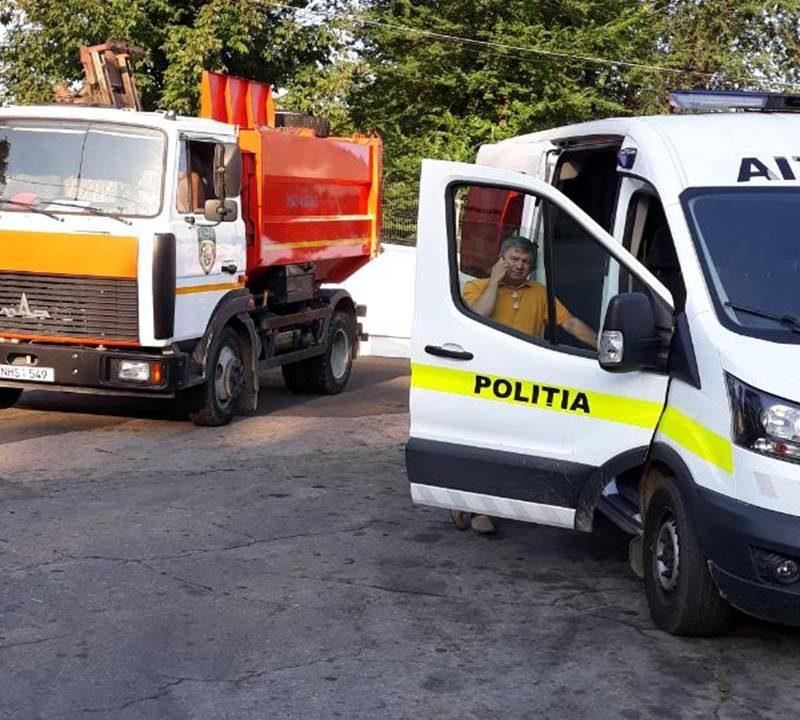 """Полицейские провели проверки спецтехники на предприятии """"Autosalubritate"""" (ВИДЕО)"""