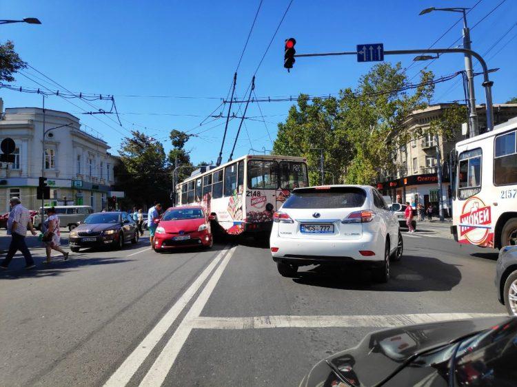 Троллейбус с пассажирами попал в аварию в центре столицы (ФОТО)