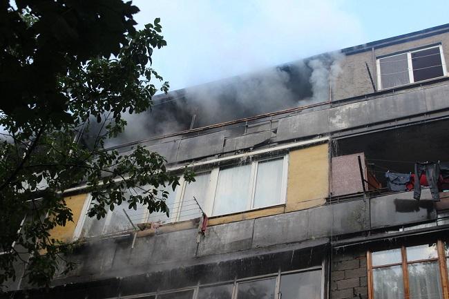 На пятом этаже дома на Рышкановке вспыхнул пожар: жильцов эвакуировали (ФОТО, ВИДЕО)