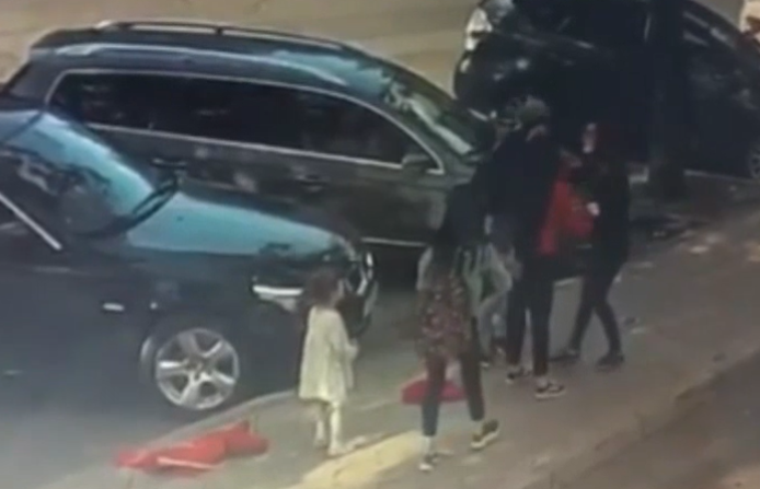 В Кишинёве группа студенток средь бела напала на женщину: свидетелем драки стала малолетняя дочь пострадавшей (ВИДЕО)