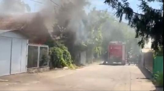 В заброшенном доме на Чеканах вспыхнул пожар: огонь полностью уничтожил постройку (ВИДЕО)