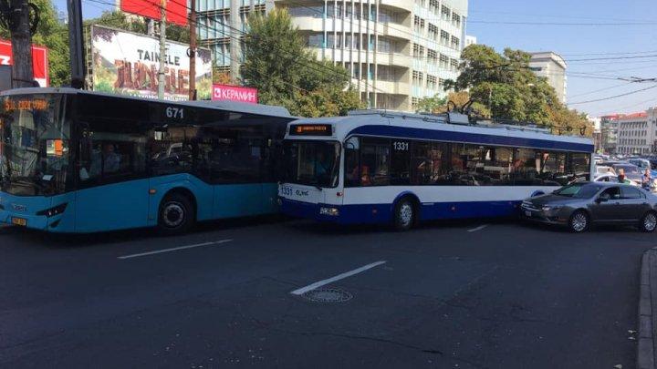В столице случилась авария с участием троллейбуса, автобуса и легковушки: образовались пробки (ФОТО)