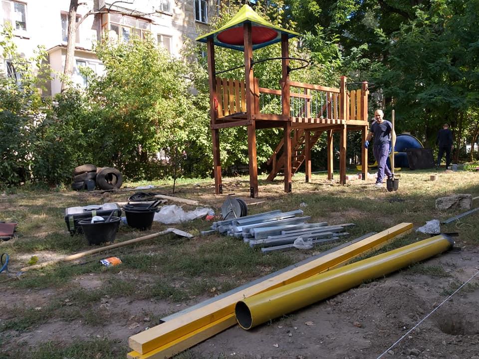 Социалисты принялись за установку ещё одной детской площадки на Ботанике (ФОТО)
