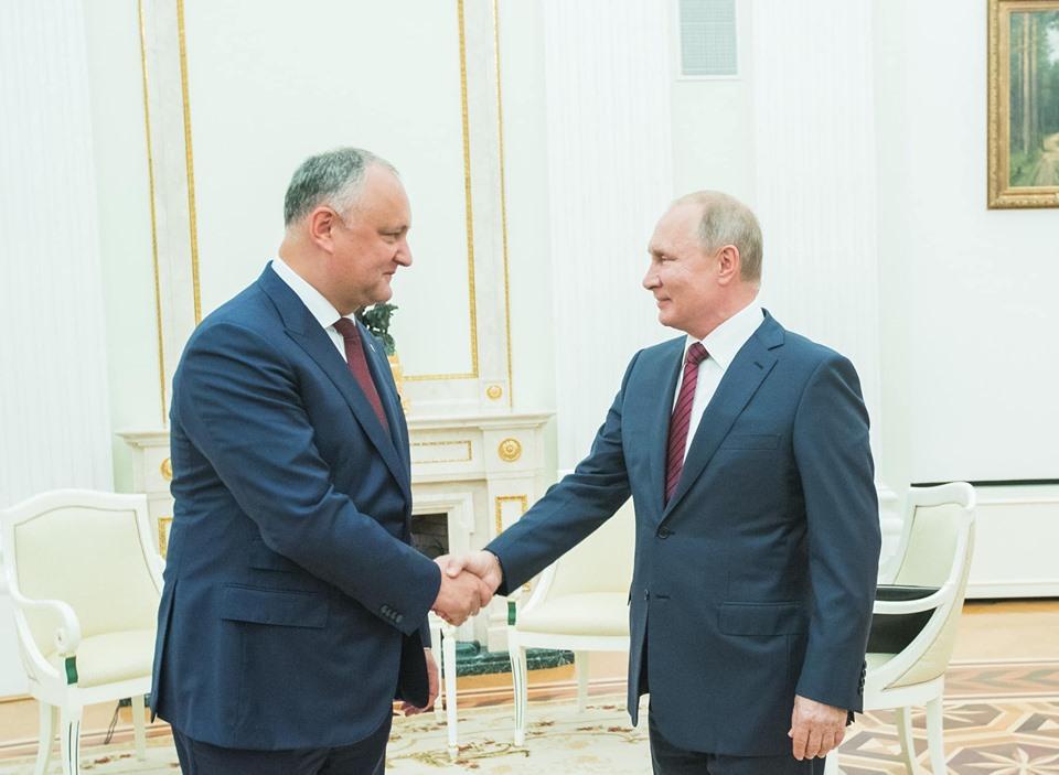 Путин первым из мировых лидеров поздравил Додона с днем рождения
