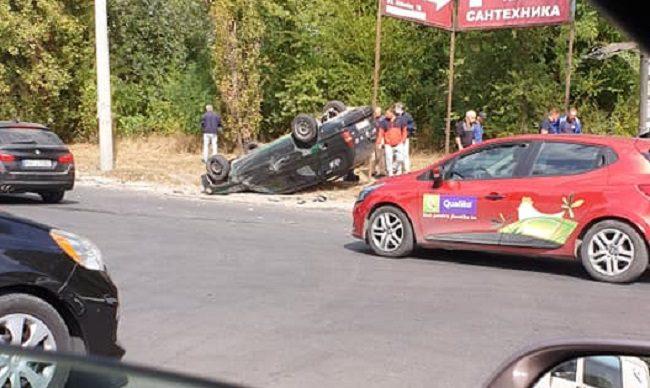 В результате ДТП в Кишинёве перевернулась легковушка: пострадал подросток (ФОТО)