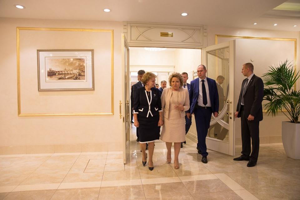 Зинаида Гречаный поздравила Валентину Матвиенко с переизбранием на пост председателя Совета Федерации