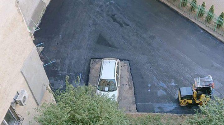 Невероятно, но факт: дорожники положили асфальт вокруг припаркованного автомобиля (ФОТО)