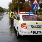 Патрульные предупреждают водителей об опасностях на дорогах в связи с дождём