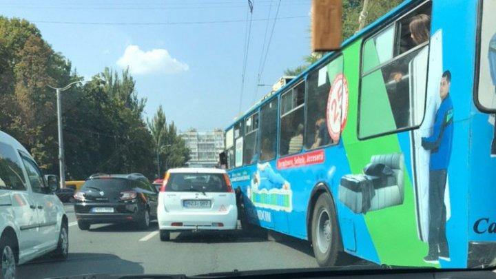 Троллейбус с пассажирами попал в аварию в столице