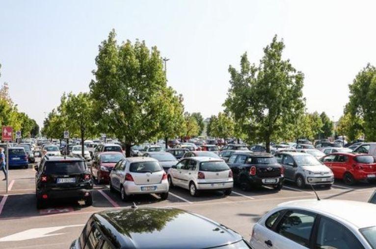 Шок: в Италии молдаванка оставила детей на солнцепёке в запертом авто и ушла за покупками