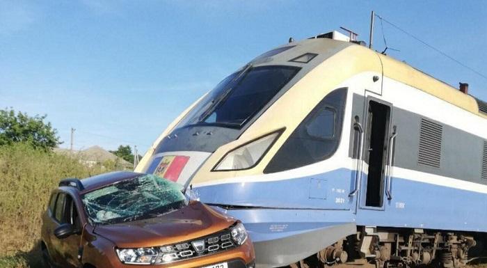 (ОБНОВЛЕНО) Поезд рейса Кишинёв-Одесса протаранил машину: водитель скончался на месте (ФОТО)