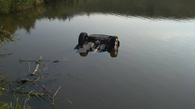 Трагедия в Окнице: автомобиль с двумя людьми затонул в озере