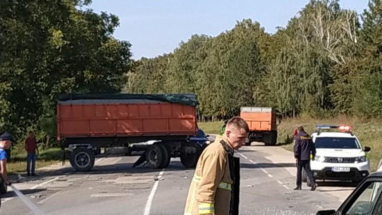 Жуткое ДТП в Единцах: прицеп отсоединился от КамАЗа и врезался в микроавтобус, водитель скончался (ФОТО)