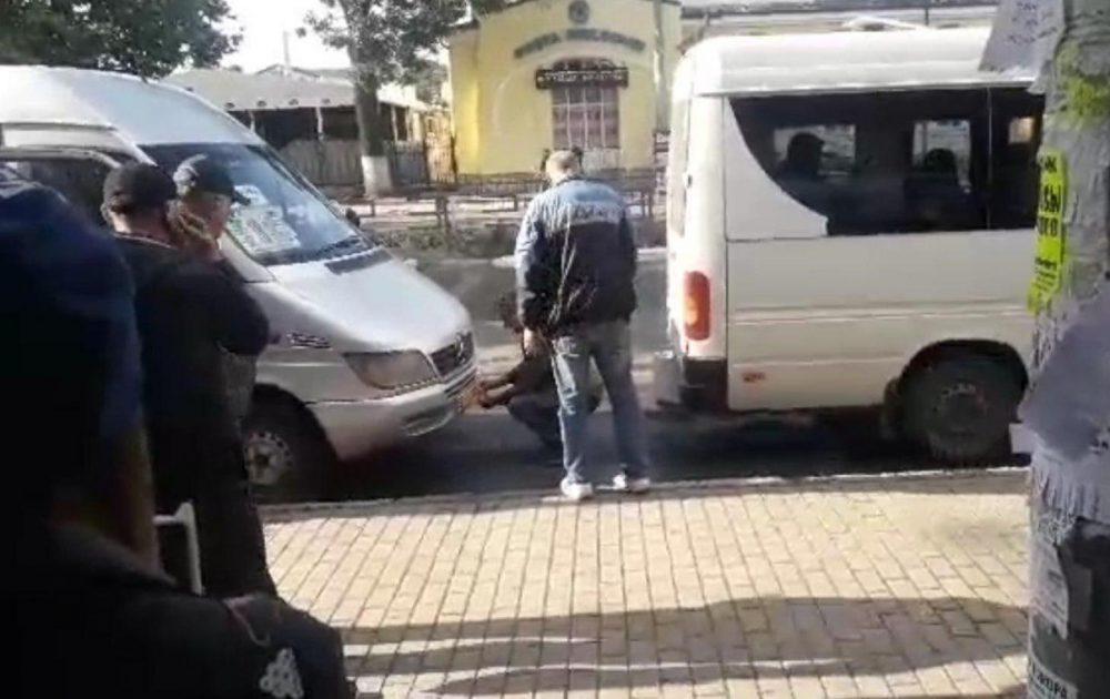 """В Бельцах маршрутчик пошёл на таран, чтобы """"подвинуть"""" коллегу (ВИДЕО)"""
