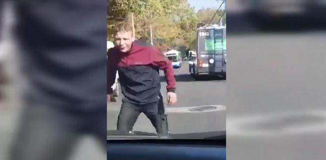 """Пугал прохожих: на Буюканах мужчина """"под кайфом"""" попал на видео"""