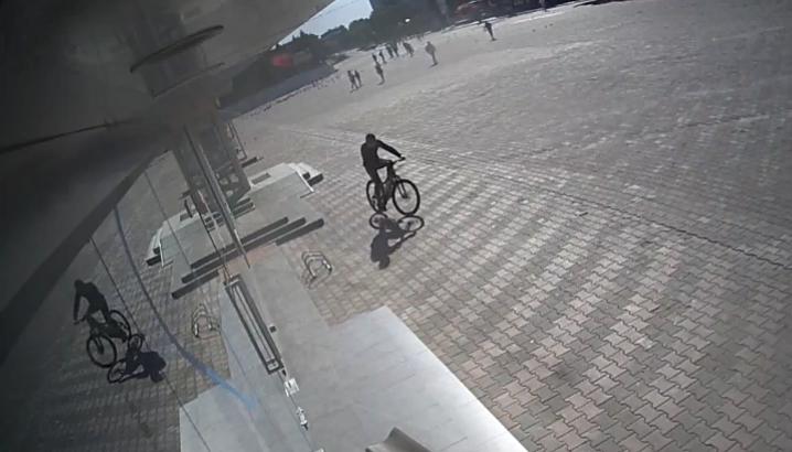 В Бельцах разыскивают попавшего на камеру велосипедного вора (ВИДЕО)