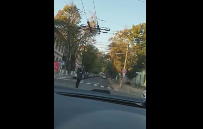 На пересечении двух улиц в центре столицы не работает светофор: прохожий взялся регулировать дорожное движение (ВИДЕО)