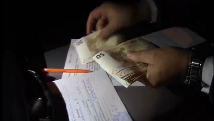 Вымогал взятку у обвиняемого в злоупотреблении служебным положением полицейского: детали задержания прокурора (ВИДЕО)