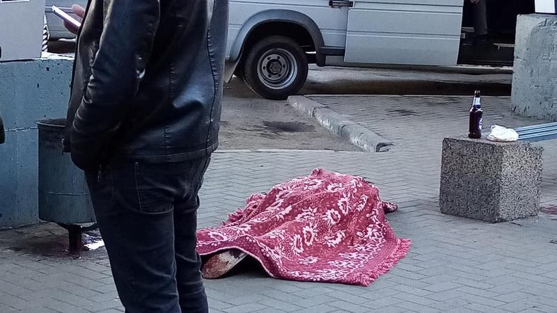 (ОБНОВЛЕНО) Вся обувь – в крови: В районе Центрального рынка найден мертвым пенсионер (ФОТО)