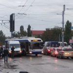 Утреннее ДТП в Кишинёве: дорогу не поделили троллейбус и маршрутка (ФОТО)